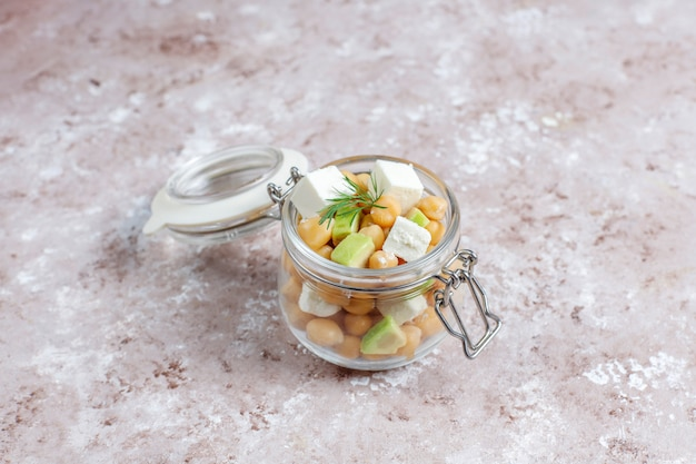 Вкусный салат из нута с авокадо и сыром фета, вид сверху