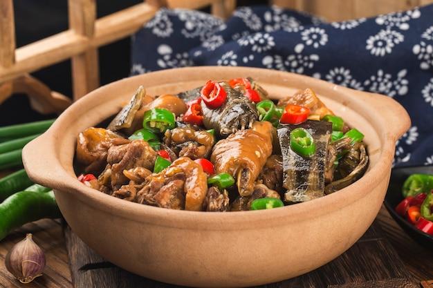 美味しい中華料理、スッポンをチキンポットで煮込んだもの