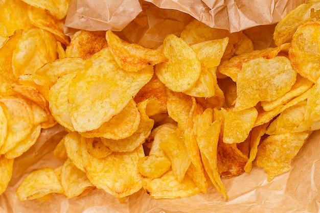 Вкусные чипсы на столе