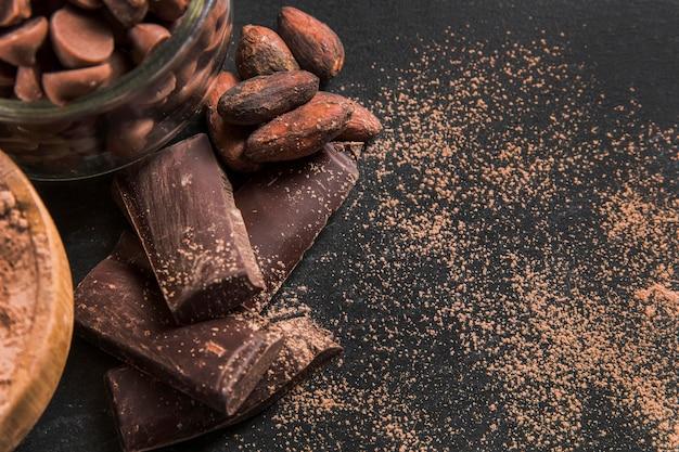 Delizioso assortimento di cioccolato sul panno scuro