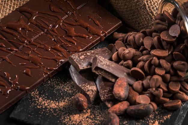 暗い布のクローズアップのおいしいチョコレートの品揃え