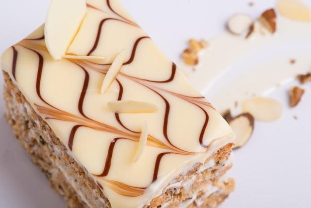 Вкусный шоколадный торт на белой тарелке