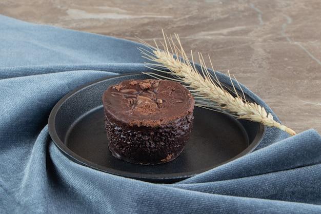 검정 잉크 판에 맛있는 초콜릿 케이크