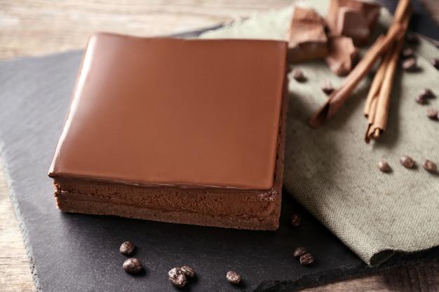 まな板のクローズアップでおいしいチョコレートケーキ