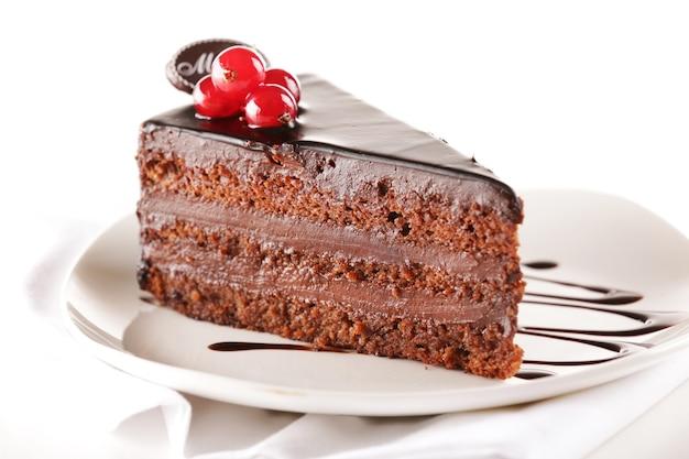 테이블에 접시에 맛있는 초콜릿 케이크