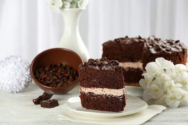 グレーのテーブルにおいしいチョコレート ケーキ