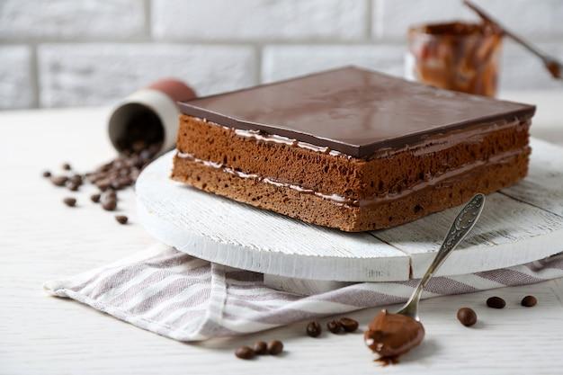 木製のまな板のクローズアップのおいしいチョコレートケーキ
