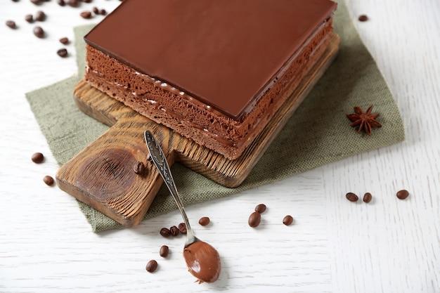 Вкусный шоколадный торт на деревянной разделочной доске крупным планом