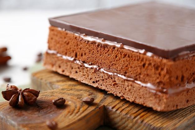木製のまな板クローズアップのおいしいチョコレートケーキ