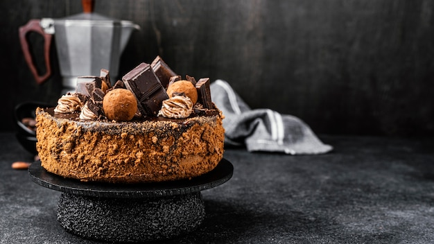 Deliziosa torta al cioccolato su supporto con copia spazio