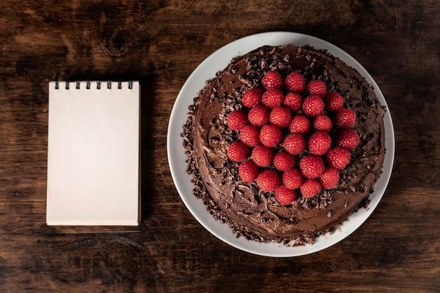 コピースペースのある美味しいチョコレートケーキ