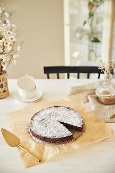 美的ディテールを提示した白いテーブルの上のクリームとおいしいチョコレートケーキ 無料写真