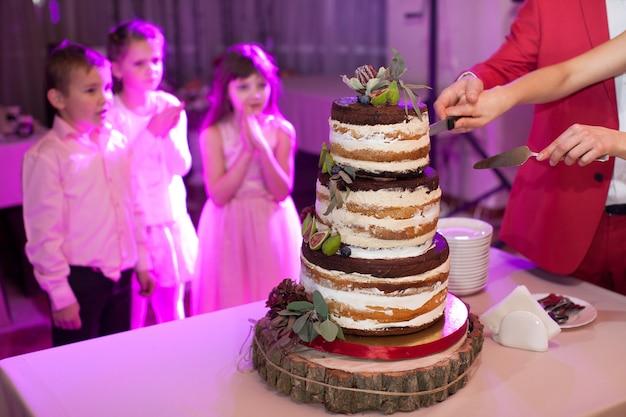 Вкусный шоколадный торт с инжиром и ягодами