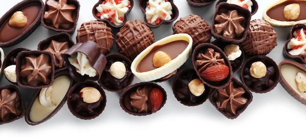 Вкусные шоколадные конфеты на белом фоне