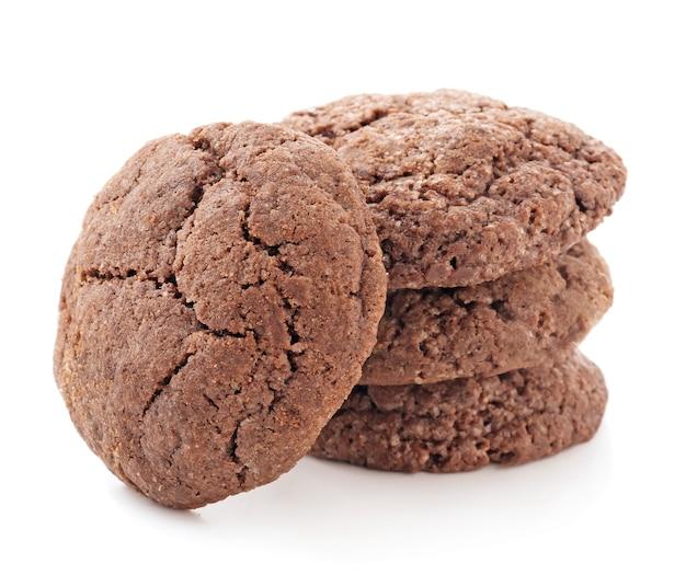 白い背景の上のおいしいチョコレートクッキー