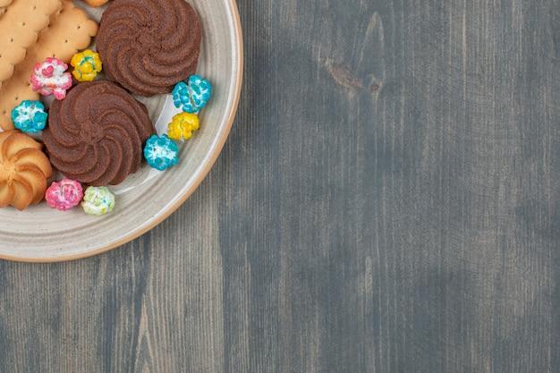 カラフルなキャンディーとおいしいチョコレートクッキー