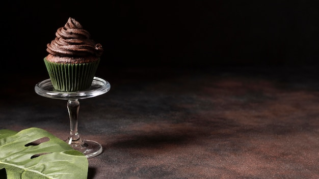 コピースペースのあるおいしいチョコレートカップケーキ