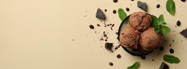Вкусное шоколадное мороженое на бежевом