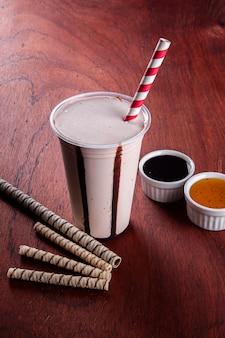 플라스틱 컵에 맛있는 초콜릿 밀크셰이크. 복사 공간
