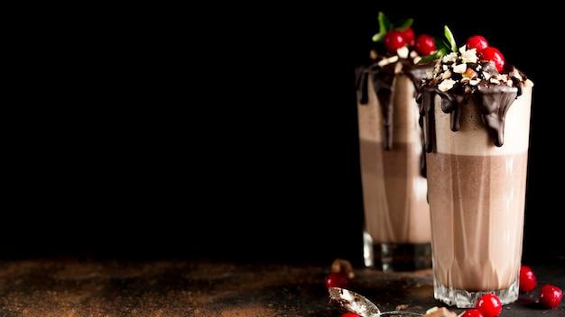 Вкусный шоколадный молочный коктейль с копией пространства