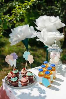 パーティーゲストのためのおいしいチョコレートパーティーマフィンとレモネードボトル