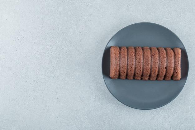 暗いプレートに美味しいチョコレートパイ。