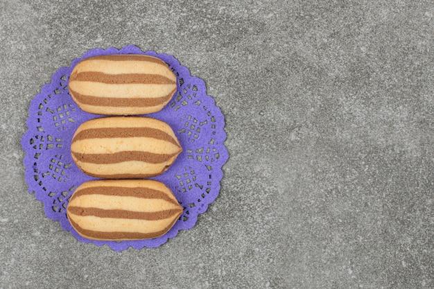 블루 냅킨에 맛있는 초콜릿 스트라이프 비스킷