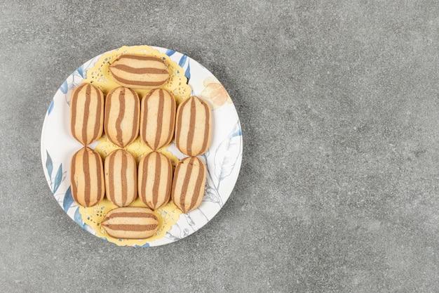 화려한 접시에 맛있는 초콜릿 스트라이프 비스킷