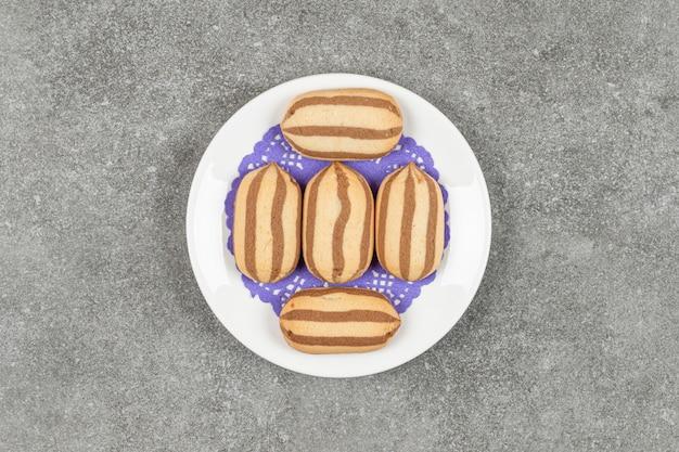 흰색 접시에 맛있는 초콜릿 스트라이프 비스킷