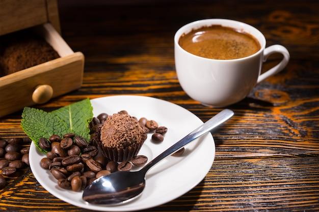 皿にスプーンで美味しいチョコレートをおやつ