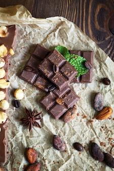 テーブルの上のスパイスとおいしいチョコレート、クローズ アップ