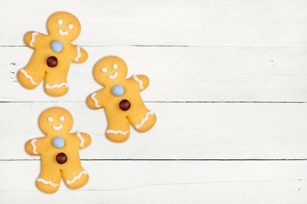 分離されたおいしいクリスマスのクッキー人形