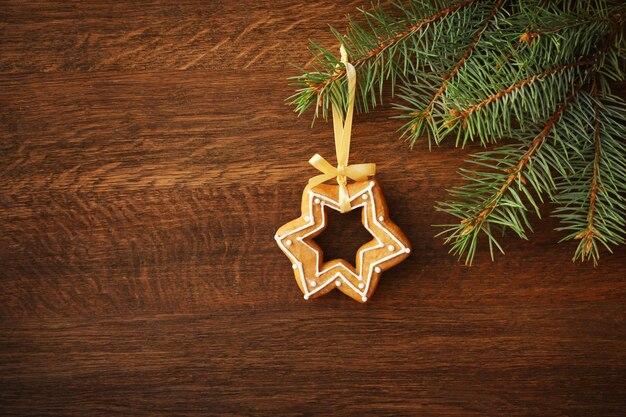 Вкусное рождественское печенье, висит на ветке ели