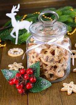테이블 클로즈업에 항아리에 맛있는 크리스마스 쿠키