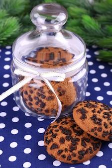 テーブルのクローズアップの瓶においしいクリスマスクッキー