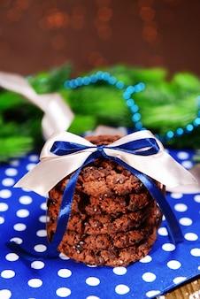 Вкусное рождественское печенье в банке на столе на коричневом