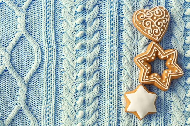 Вкусное рождественское печенье на текстурированном фоне