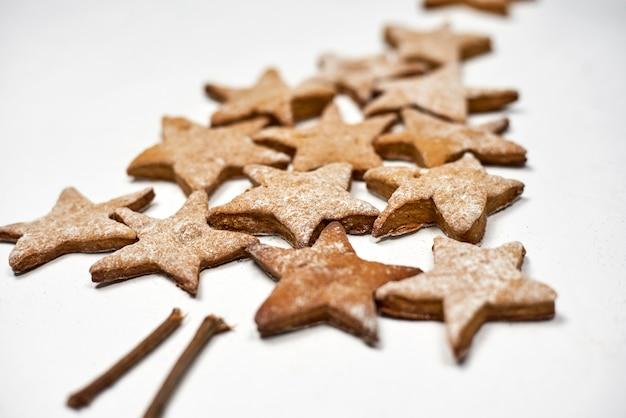テーブルの上のおいしいクリスマスクッキー