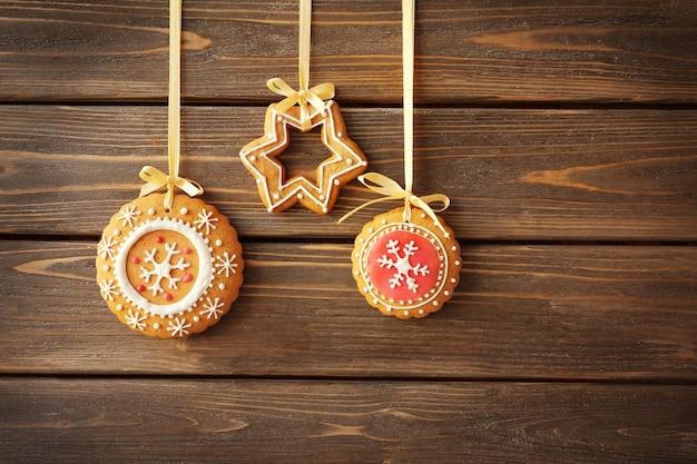 Вкусное рождественское печенье на деревянной поверхности