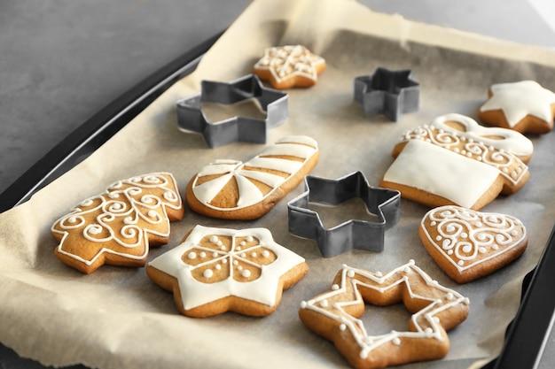 베이킹 트레이에 커터가 있는 맛있는 크리스마스 쿠키