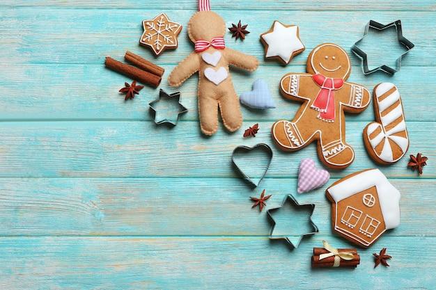 나무 배경에 커터가 있는 맛있는 크리스마스 쿠키