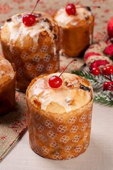 Вкусный рождественский десерт, домашний мини панеттоне с фруктами, орехами