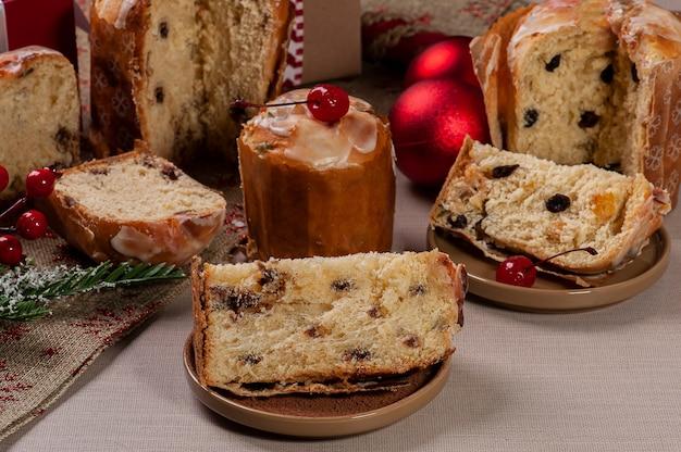 Вкусный рождественский десерт, мини-панеттоне и домашний шоколад с фруктами, орехами и шоколадом