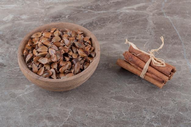 Вкусная корица и семена на мраморной поверхности