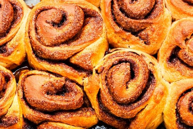 Вкусные булочки с корицей. домашняя корица. аппетитные булочки. еда фон