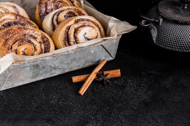 Вкусные булочки с корицей с копией пространства