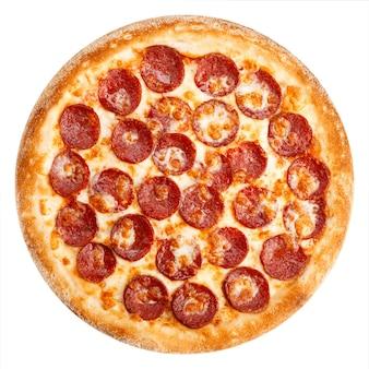 Вкусная классическая итальянская пицца с моцареллой и колбасой пепперони