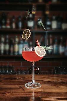 Вкусный коктейль в баре