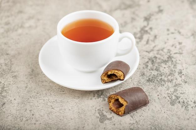 石の上に紅茶のカップとおいしいココアケーキ。