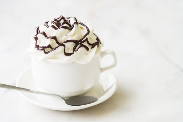 휘핑 크림과 초콜릿 시럽을 곁들인 맛있는 커피